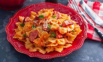 макароны с копчёными колбасками в томатно сливочном соусе